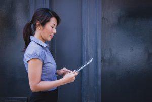 Frau arbeitet konzentriert am Tablet